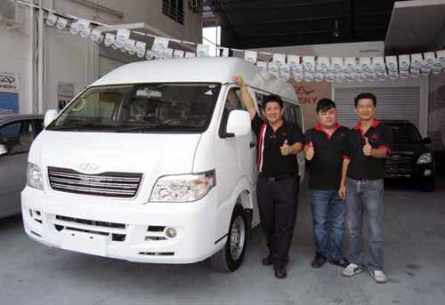 OFFICIAL LAUNCH: Thomas Siaw (first right) managing director of Twin (Sarawak) Automobile Sdn Bhd with his sales staff and the all new Chery Transcom 2.0TCi 14-seater van